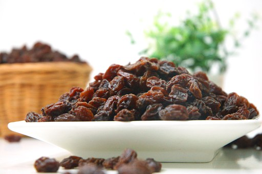 Can horses eat raisins?